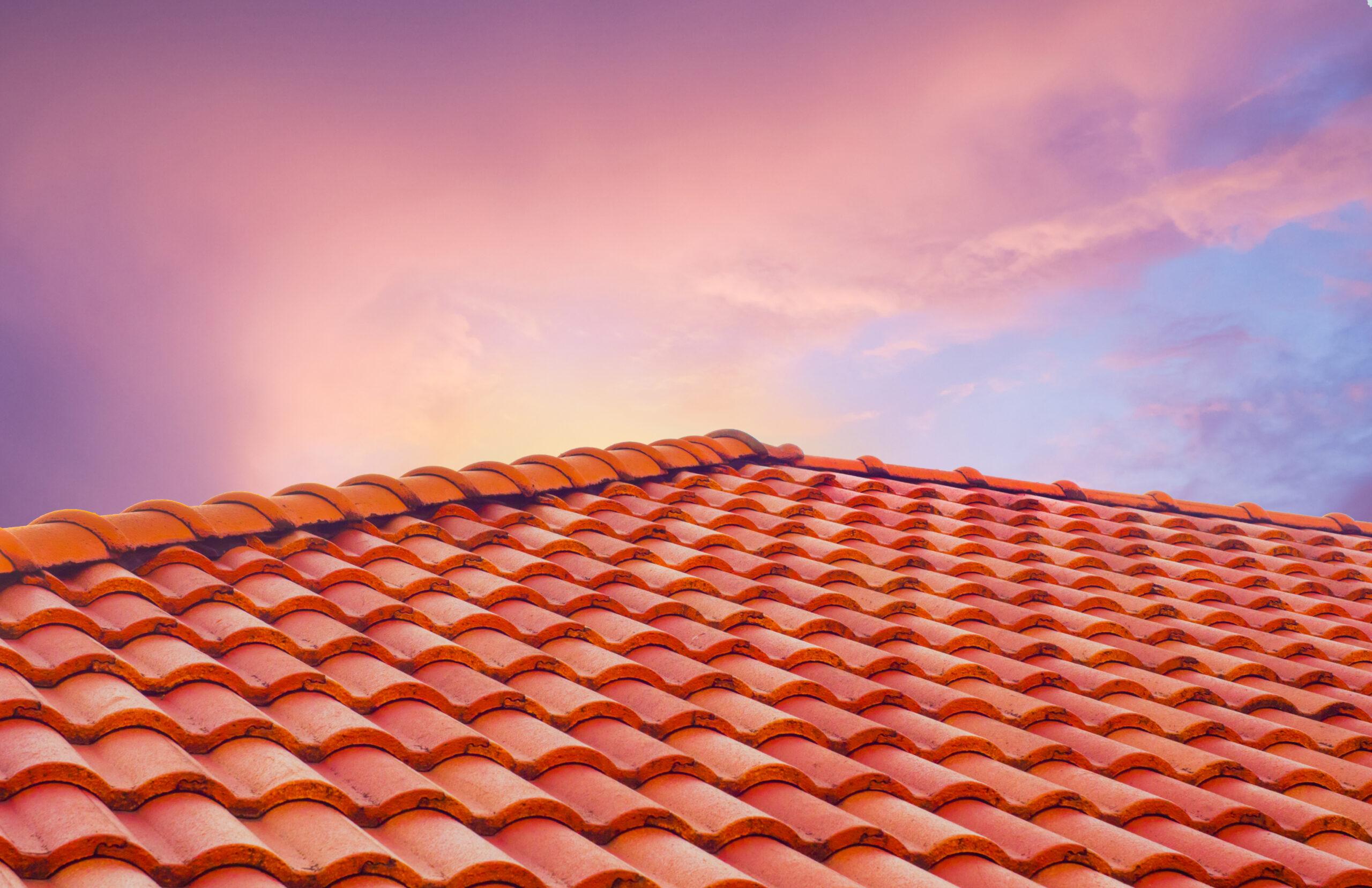 chaleur de la toiture et coucher de soleil